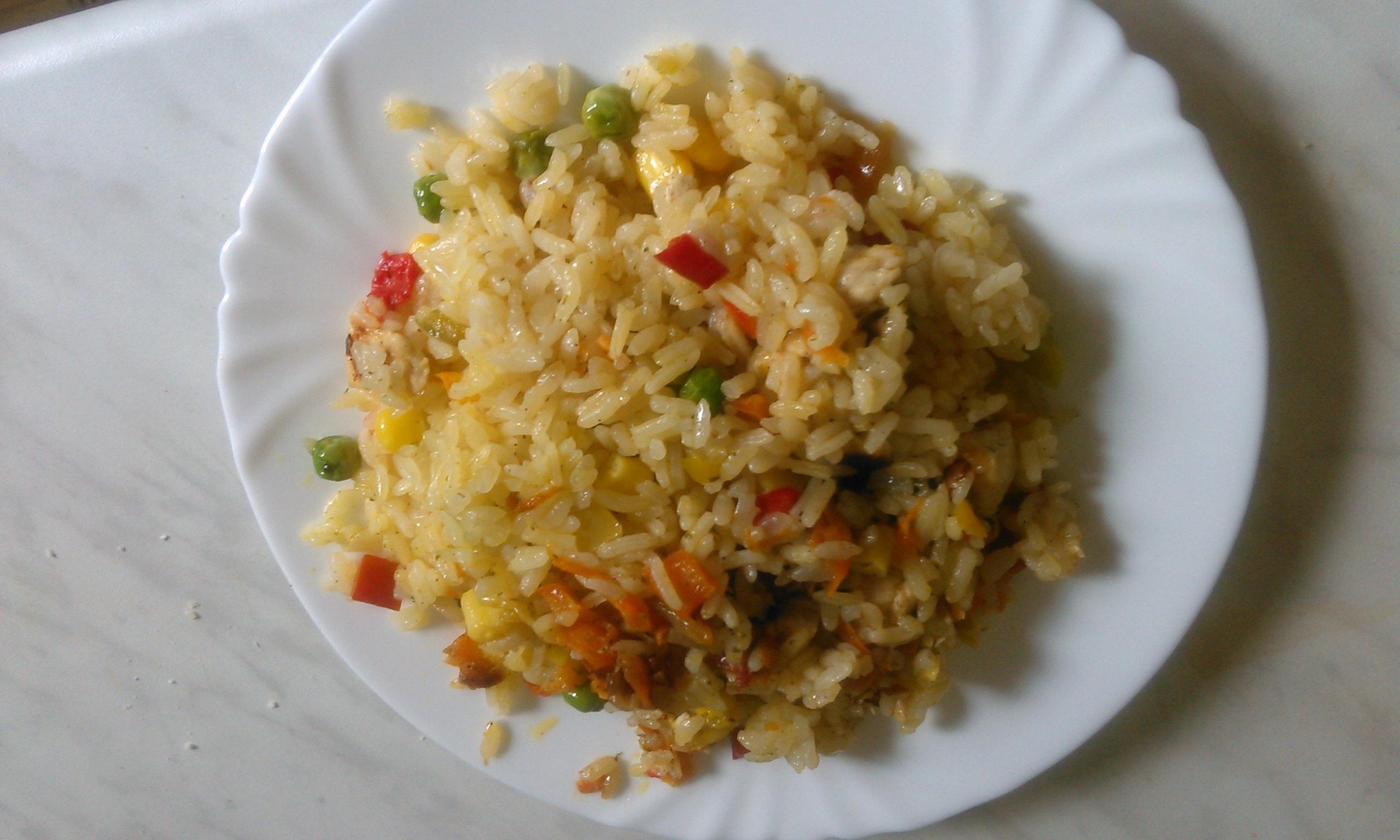 Рисовая каша с курицей и овощами.