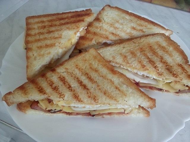 Сэндвич с беконом и яйцом.