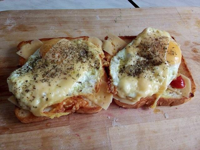 Бутерброд с яичницей и сыром.
