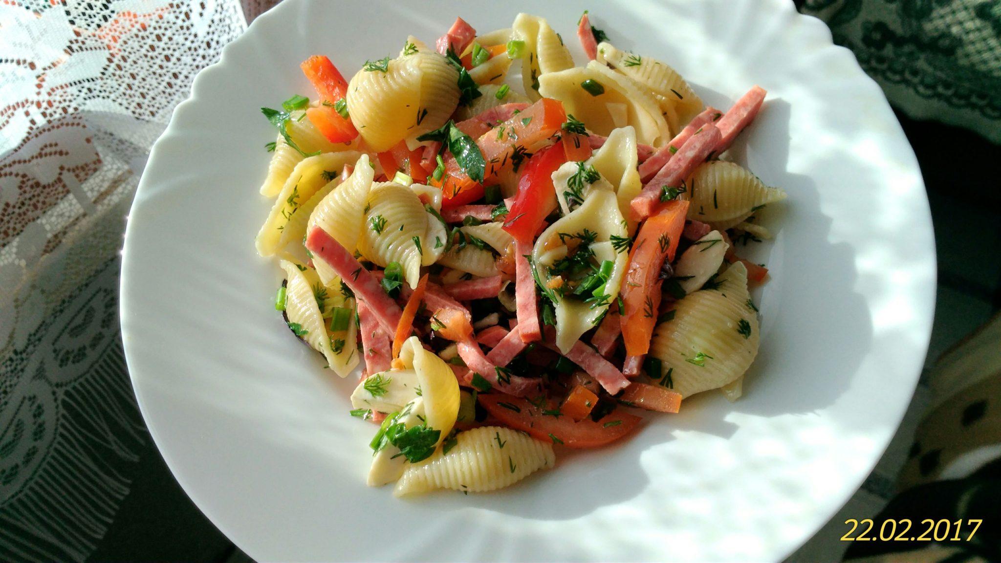 Салат Макаронный с колбасой и овощами.