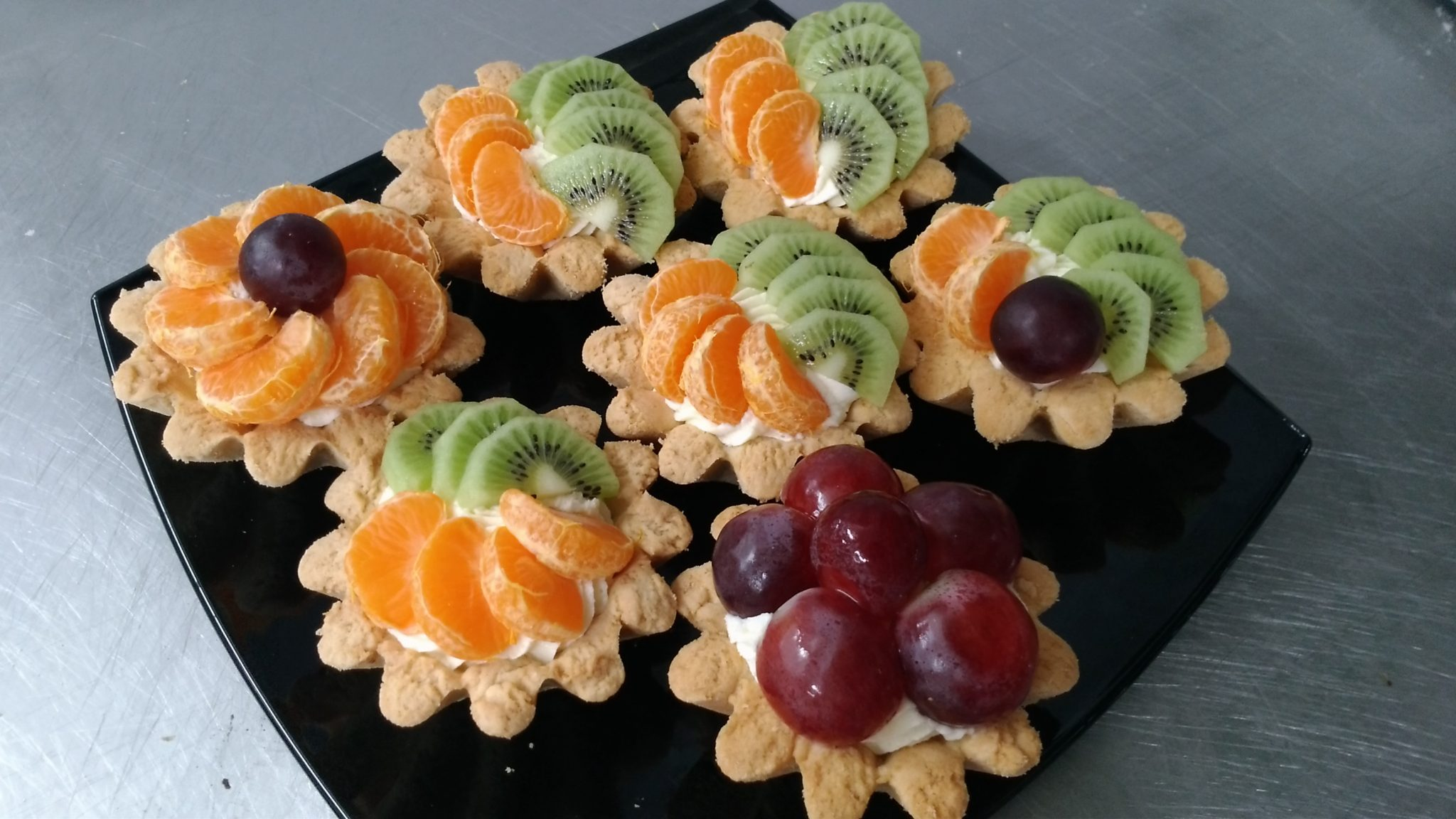Корзиночка со сливками и фруктами
