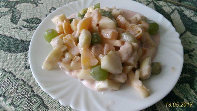 Салат фруктовый с йогуртом.
