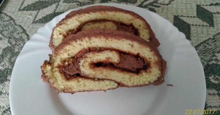 Рулет бисквитный с шоколадным кремом.