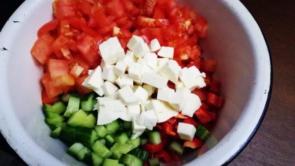 Салат овощной с курицей и сыром.