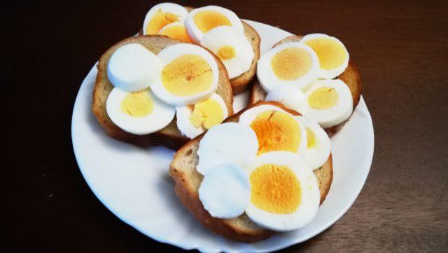 Бутерброд с яйцом на завтрак.
