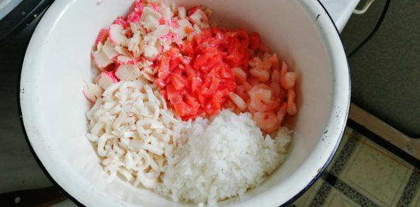 Салат крабовый с морепродуктами.