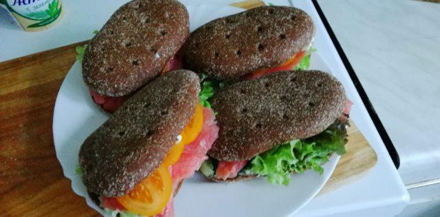 Сэндвич темный с рыбой.